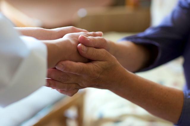 握手する患者と医師